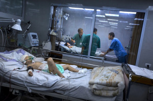 4.Mads Gilbert, ahli anestesi dari Norwegia sedang berdiskusi dengan rekan-rekan Palestina-nya di  RS Shifa, mengenai dua bersaudara yang mengalami luka berat di bagian kepala. RS Shifa menerima korban-korban paling parah dalam serangan Israel.