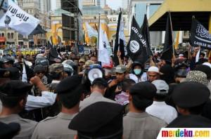 aksi demo pembubaran acara Asyuro (foto: merdeka.com)