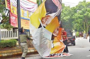 pembersihan atribut kampanye di masa tenang (foto:Metrosiantar.com)