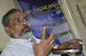 BAHAYA PORNOGRAFI. Ketua Komnas Anak, Arist Merdeka Sirait saat diskusi di kantor LPA NTB, Mataram, Selasa (29/6).