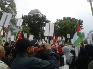 Kerumunan demosntran, foto: LI