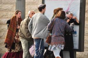 wanita palestina diintimidasi warga Israel