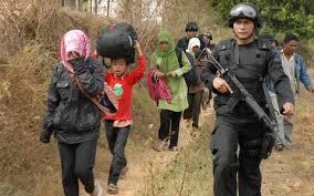 warga Karanggayam, Sampang, saat diusir dari desa mereka