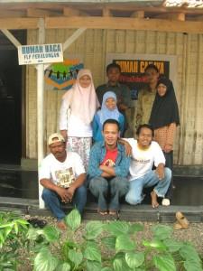 Aveus Har (kanan jongkok) bersama rekan di Rumah Baca FLP Pekalongan/fb
