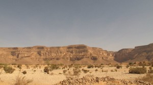 Jalanan di tengah gurun pasir menuju lokasi makam Nabi Shaleh as