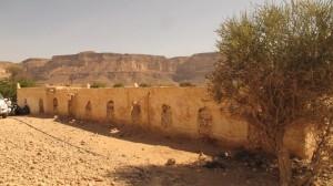 Bangunan dari tanah di sekitar situs