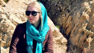 Silvia menggunakan kerudung di Iran