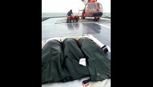 Tiga kantong berisikan jenazah korban Air Asia QZ 8501 (foto: Antara)
