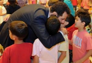 Presiden Assad bersama putra-putri martir Suriah