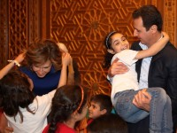 Presiden Bashar al-Assad bersama putra-putri martir di Suriah