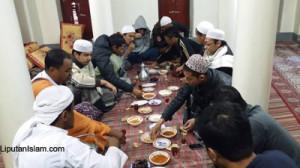 Mahasiswa sedang makan bareng (foto: Abdul Muhith)