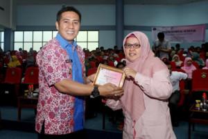 Wawali Makassar menerima cenderamata dari Direktur Human Imparsial Institute