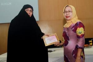 Prof Dr.Fariba menerima cendera mata dari Prof Dr. Andi Melantik Rompegading, SH MH