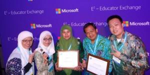 Dua guru pemenang menunjukkan piagram, Puji Lestari Dan Muhammad Zulham/ Microsoft