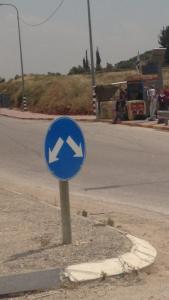 halte bus khusus Israel (amonthinpalestine.wordpress.com)