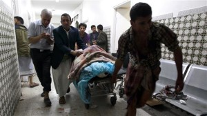 Yemenis transport a severely injured man on a gurney as he arrives at a hospital in Sana'a on September 2, 2015. ©AFP