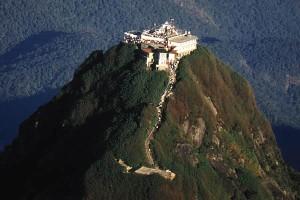 Kuil di puncak gunung Sripada, Srilangka, tempat telapak kaki Nabi Adam as berada (http://www.awesomelanka.com/sripadaya/adams-peak/ )