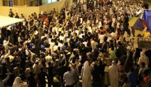 بالصور؛ الآلاف يواصلون الاعتصام امام منزل الشيخ عيسى قاسم
