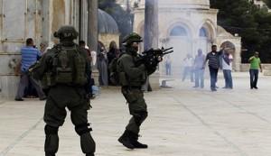 الاحتلال يقتحم المسجد الأقصى ويغلق أبواب المسجد القبلي