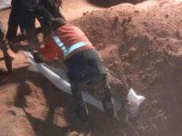Pasukan Pemerintah Suriah sedang memindahkan jasad dari kuburan massal di sebelah utara Provinsi Raqqa, pada Jum'at (16/2).