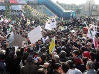 Rakyat Iran saat melakukan kampanye memperingati berdirinya Republik Islam Iran di Shiraz, pada Minggu (11/2).
