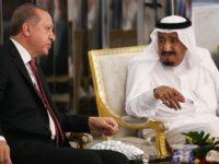Presiden Turki, Recep Tayyib Erdogan saat melakukan pertemuan dengan Raja Arab Saudi, Salman bin Abdulaziz, di Jeddah, pada 23 Juli 2017.