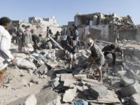 Potret puing-puing rumah yang hancur akibat serangan koalisi militer Arab Saudi di Yaman.