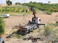 Petugas Israel tampak sedang menyita pipa air di Lembah Jordan.