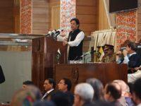 PM Pakistan, Imran Khan, saat sedang berpidato di tengah orang-orang Kashmir di wilayah Kashmir-Pakistan.