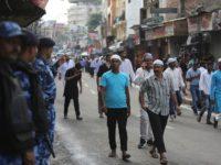 Tentara India membiarkan rakyat Khasmir berjalan kaki menuju masjid untuk melaksanakan shalat Idul Adha. Sumber: Associated Press