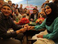 Potret pasangan Palestina, Muaz Rukup dan Hedil Naccar, petugas medis yang bekerja aktif selama aksi Great March of Return saat merayaka pernikahan mereka di Gaza pada 2 Mei 2018. Sumber: Anadolu Agency