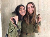 Potret dua pasukan perempuan Israel yang memotong rambut mereka. Sumber: Mondoweiss