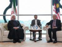Presiden Rouhani (kiri) saat bertemu dengan Perdana Menteri Malaysia Mahathir Muhammad dalam sebuah konferensi di Kuala Lumpur. Sumber: Tasnim