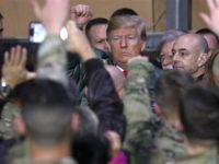 Presiden AS Donald Trump kunjungi tentara Amerika di pangkalan militer Ain al-Assad, 26 Desember 2018. (Photo by Reuters)