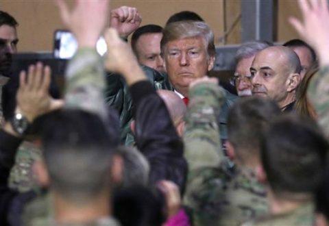 Presiden AS Donald Trump kunjungi tentara Amerika di pangkalan militer Ain al-Assad, 26 Desember 2018. (Photo by Reuters)