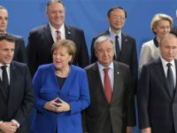 Dari kiri ke kanan baris depan, Presiden Prancis Emmanuel Macron, Kanselir Jerman Angela Merkel, Sekjen PBB Antonio Guterres dan Presiden Rusia Vladimir Putin berpose di Berlin,   19 January 2020. (Photo via AFP)