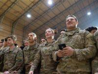 Tentara AS tengah mendengarkan pidato Presiden Donald Trump di pangkalan militer al-Asad, Provinsi Anbar, Iraq, 26 Desember 2018. (Photo by AFP)