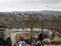 Tenda yang ditinggali keluarga Palestina di samping pemukiman Israel. Foto ini diambil di musim musim dingin di zHebron, 9 Januari, 2020. (Photo by AFP)