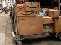 Kardus-kardus pengiriman Amazon di New York City, AS. (Photo by AFP)