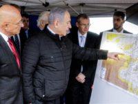 PM Israel Benjamin Netanyahu memeriksa sebuah peta dalam kunjungan ke pemukiman Ariel Israel di Tepi Barat, 24 Februari 2020. (Photo by AFP)